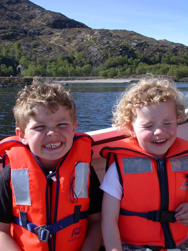 kids_in_red_lifejackets_on_loch_linnhe_660x881.JPG